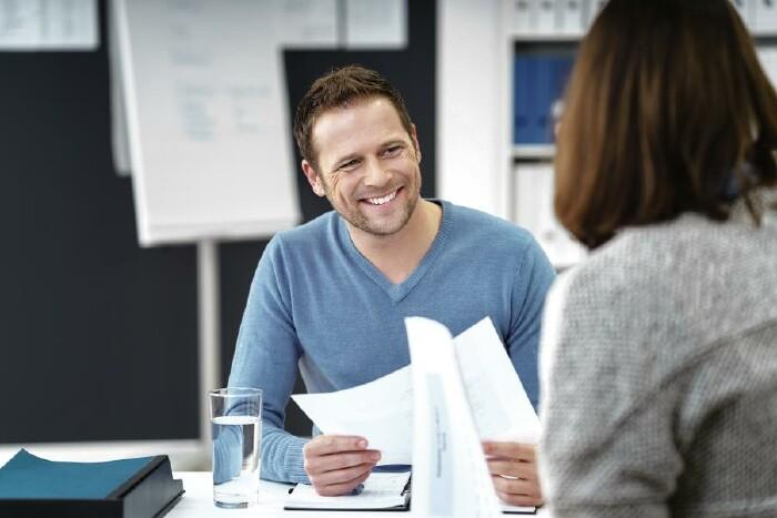 Eine Frau lässt sich von einem Bildungsberater beraten © contrastwerkstatt/stock.adobe.com