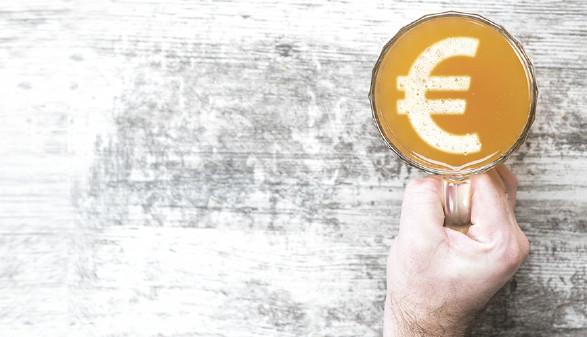 Bierglas mit Eurozeichen © Ermolaev Aleksandr/stock.adobe.com