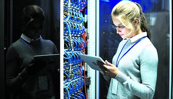 Junge Frau, Computerserver © Seventyfour/stock.adobe.com