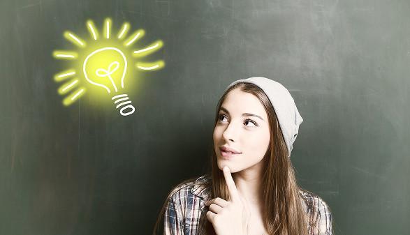 Jungendliche mit Glühbirne © drubig-photo/stock.adobe.com
