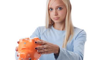 Junge Frau zeigt ihr leeres Sparschwein. © contrastwerkstatt, Fotolia