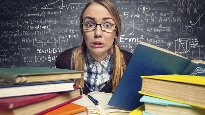 Schülerin mit Büchern © Igor Mojzes/stock.adobe.com