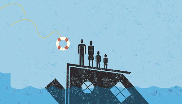 Familie auf einem untergehenden Haus, der ein Rettungsring zugeworfen wird. © retrostar/stock.adobe.com