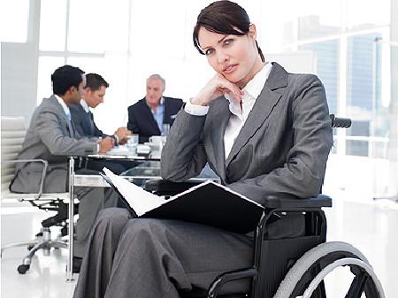Frau im Rollstuhl bei der Arbeit © Sean Prior, Fotolia.com