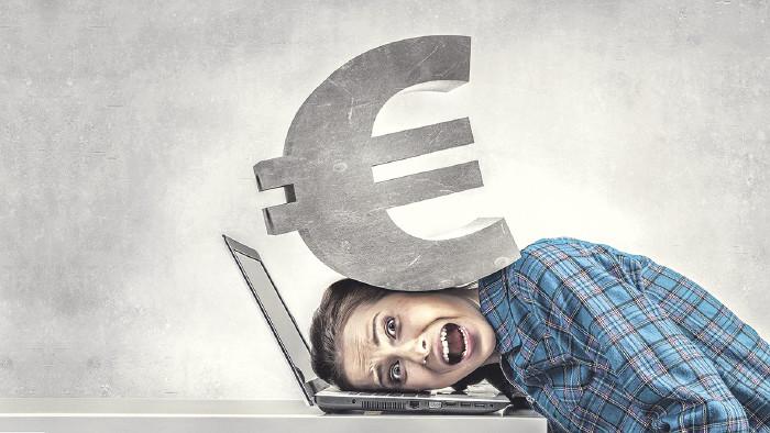Studentin wird von Eurozeichen erdrückt © sergey Nivens/stock.adobe.com