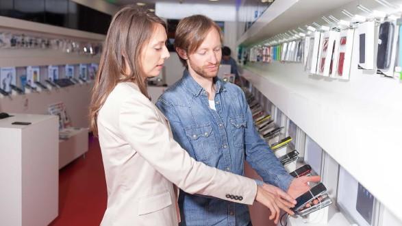 Kundenberatung in einem Handyshop © Adam Gregor, stock.adobe.com