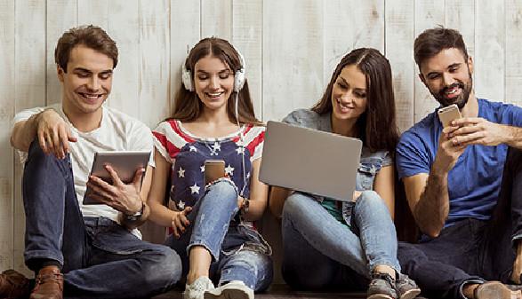 Gruppe von Jugendlichen mit Handy, Tablett, PC und Kopfhörer © georgerudy, Fotolia.com