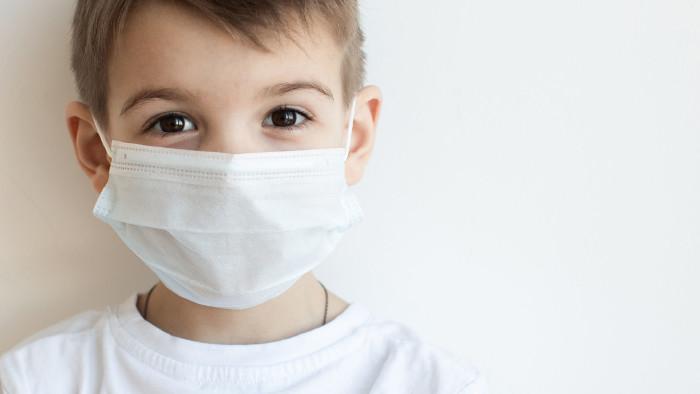Kind mit Atemschutzmaske © Sergey Ulanov/stock.adobe.com