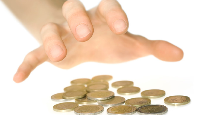 Hand greift nach Geld © Smileus/stock.adobe.com