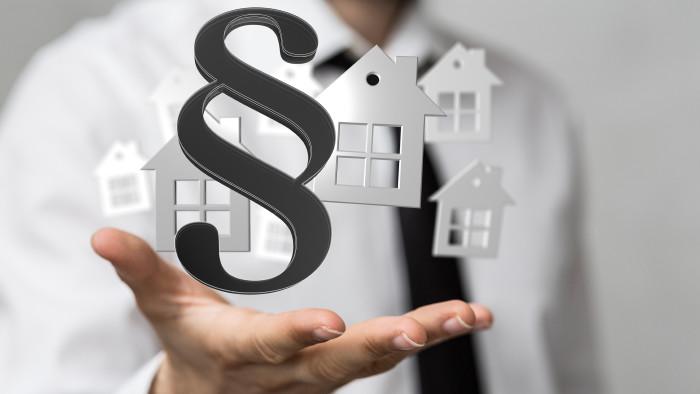 Paragrafenzeichen mit Häusern © vegefox.com/stock.adobe.com