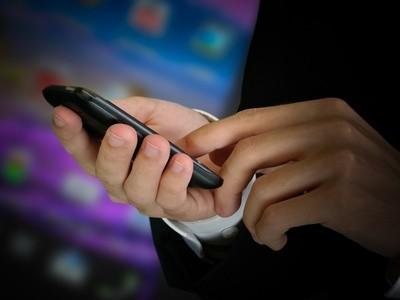 Mann tippt auf sein Smartphone © Gerhard Seybert/Fotolia
