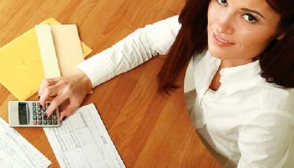 Frau rechnet Gehaltszettel nach © lenets_tan, Fotolia.com