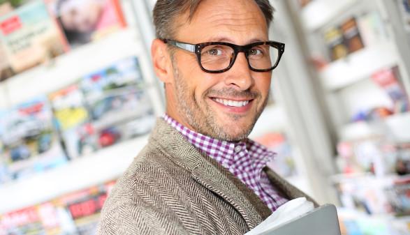Mann in Bücherei  © goodluz/adobe.stock.com
