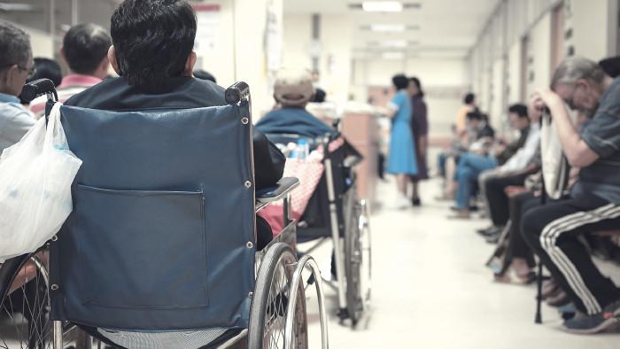 überfüllter Warteraum im Krankenhaus © pongmoji/stock.adobe.com