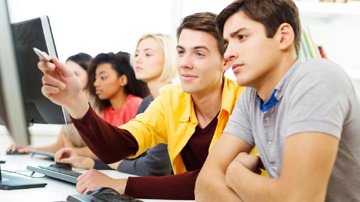 Schüler vor PC © Billionphotos/stock.adobe.com