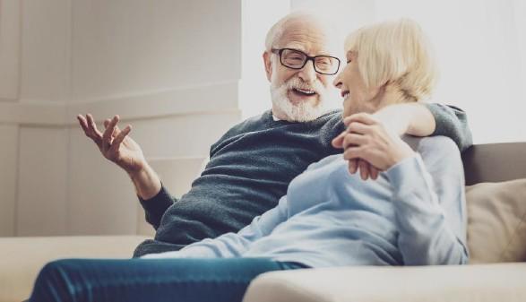 älteres Ehepaar auf der Couch sitzend © zinkevych/stock.adobe.com