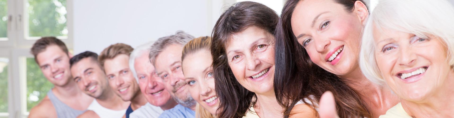 Neun Personen unterschiedlichen Alters und Geschlechts stehen in einer Reihe und geben den Daumen hoch © drubig-photo, stock.adobe.com