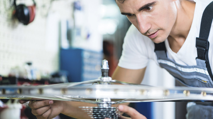 Mechaniker beim beim Fahrrad-Service © KZenon/stock.adobe.com