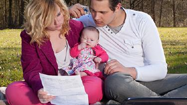 Junge Eltern mit Baby auf Picknickdecke © DNF-Style, Fotolia.com