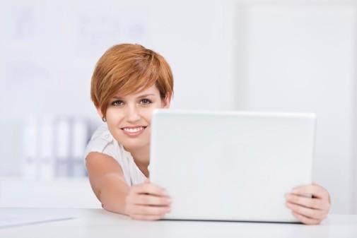 Frau mit Laptop © contrastwerkstatt/stock.adobe.com