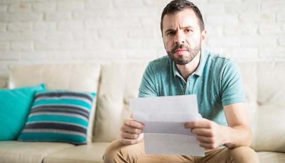 Mann beim Lesen eines Briefes © AntonioDiaz/stock.adobe.com