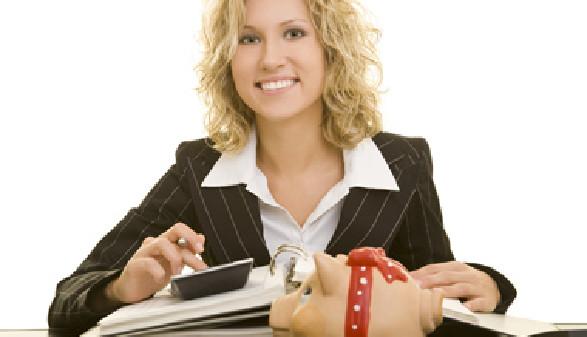 Freie Dienstnehmerin beim Erledigen Ihrer Steuererklärung © Robert Kneschke, Fotolia
