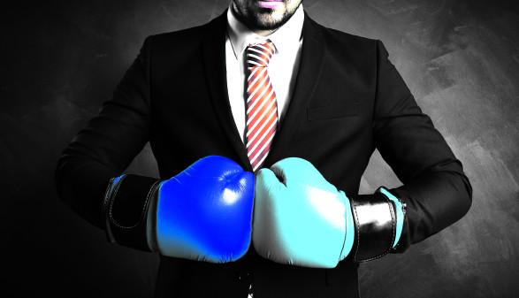 Mann trägt türkisen und blauen Boxhandschuh © fotogestoeber/stock.adobe.com