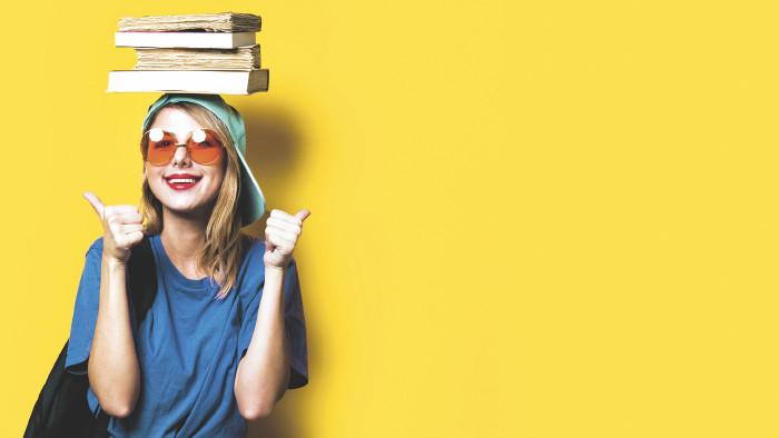Studentin mit Büchern auf dem Kopf © Masson/stock.adobe.com