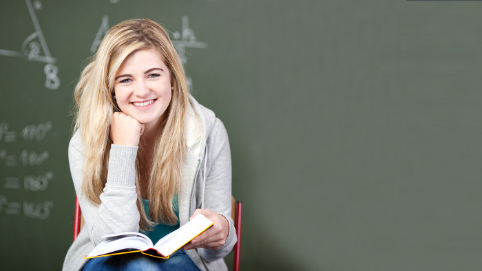 Schülerin mit Wörterbuch © contrastwerkstatt/stock.adobe.com