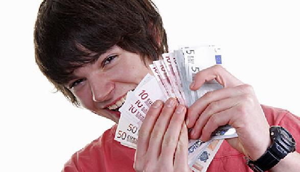 Familienbeihilfe nach Matura - Junge hält Geldscheine in der Hand © Klaus Eppele, Fotolia.com
