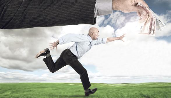 Mann läuft Geld hinterher © Luis Louro/stock.adobe.com