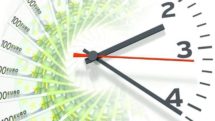 Uhr aus Euroscheinen © blue design/stock.adobe.com