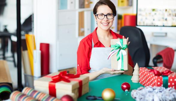 Verkäuferin verpackt eingekaufte Geschenke © pressmaster/stock.adobe.com