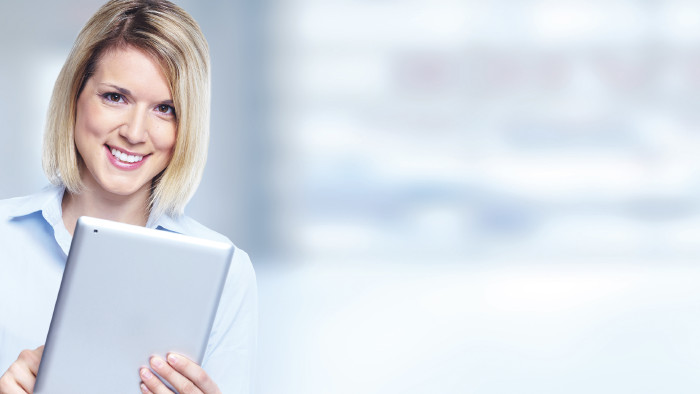 Frau mit Tablet © kurhan/stock.adobe.com