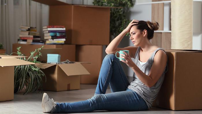 junge Frau zwischen Übersiedelungskartons © Antonioguillem/stock.adobe.com