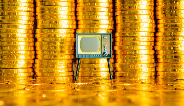 Fernseher vor Münzstapeln © beeboys/stock.adobe.com