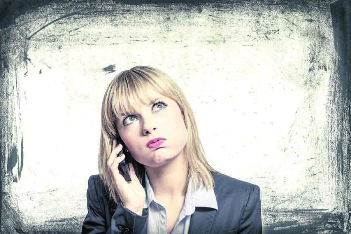 Frau ärgert sich am Telefon © DDRockstar/stock.adobe.com