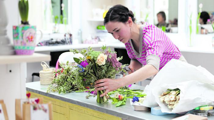 Floristin beim Binden eines Blumenstraußes © Alexander Tarassov/stock.adobe.com