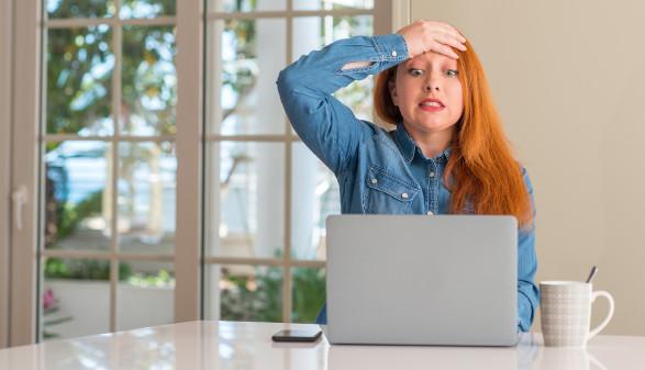 Frau ärgert sich vor Laptop © krakenimages.com/stock.adobe.com