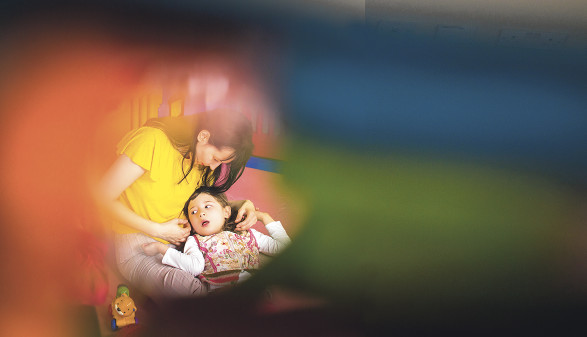 Mutter hält Kind im Arm © Myroslava/stock.adobe.com