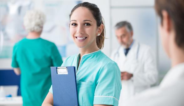 Pflegerin mit Klemmbrett © stokkete/stock.adobe.com