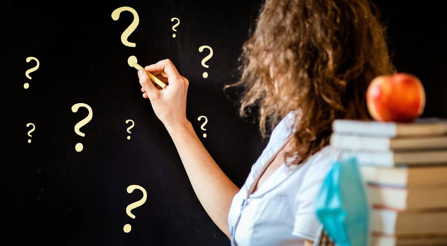 Lehrerin steht vor Tafel mit Fragezeichen © Melinda Nagy/stock.adobe.com