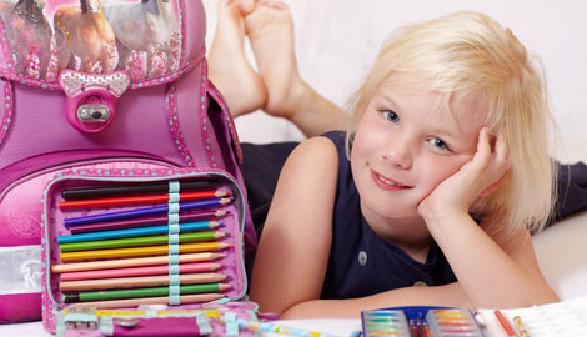 Schülerin mit Schultasche, Federpenal und Wasserfarben © Karin & Uwe Annas, Fotolia.com