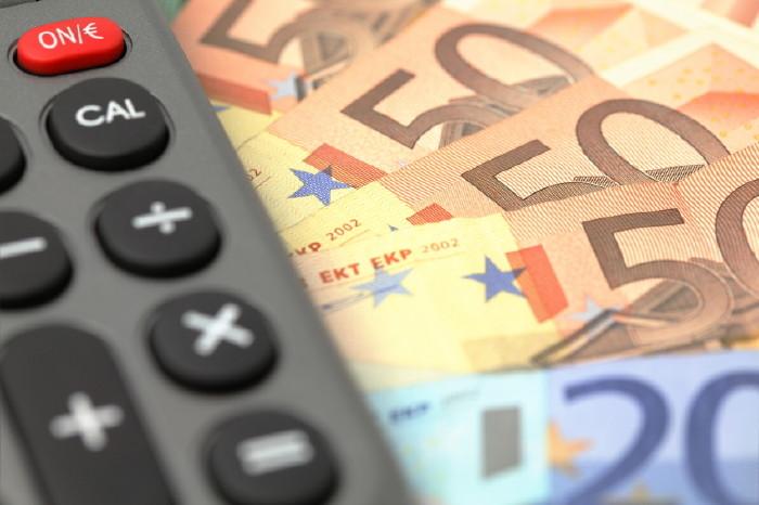 Euro-Scheine und Taschenrechner © Fotolia