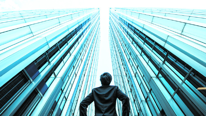 Mann steht vor Hochhäusern © beeboys/stock.adobe.com