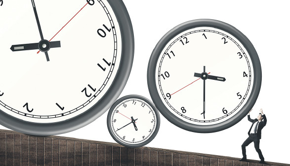Uhren, die einen Mann zu überrollen drohen. © ChenPG/adobe.stock.com