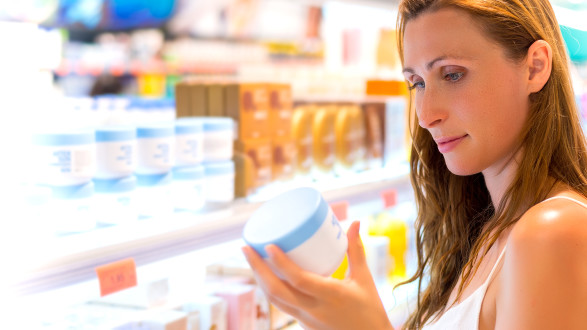 Frau blickt auf Dose mit Körpercreme © detailblick-foto/stock.adobe.com
