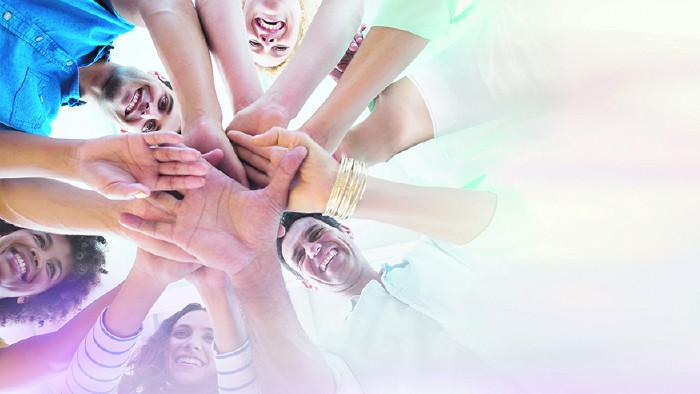 Gruppe von Menschen halten Hände übereinander © vectorfusionart/adobe.stock.com