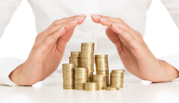 Frau hebt Hände über Münzen © rangizz/fotolia.com