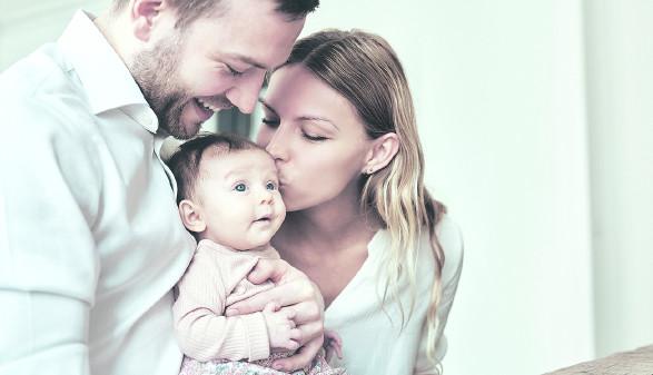 Eltern mit Baby © Flamingo Images/stock.aodobe.com